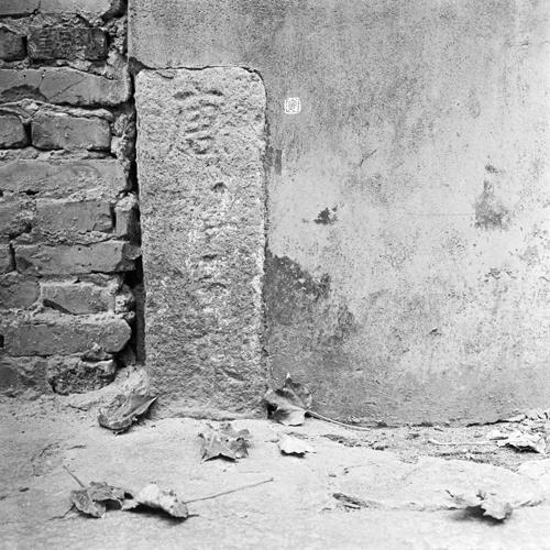 "boundary stone: ""唐 … 界"""